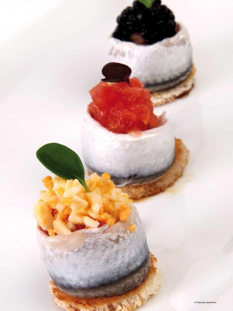 Tostada de huevo y sardina marinada
